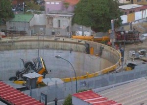 Two all terrain cranes overturned in Venezuela