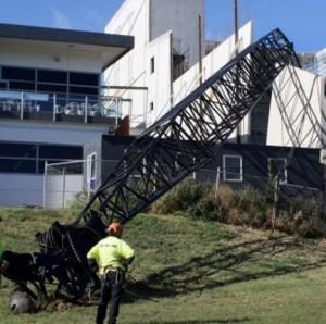 Crawler crane loses its boom