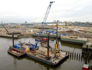 Sennebogen crane builds harbour wall